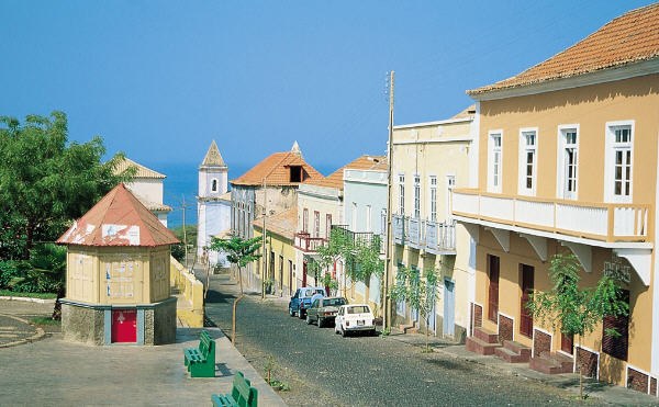 Bootscharter Kapverden: Die malerische Stadt Sao Filipe auf Fogo