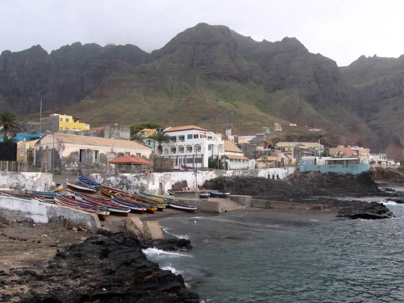 Yachtcharter Kapverden: Das pittoreske Küstenstädtchen Ponta do Sol auf Santo Antao