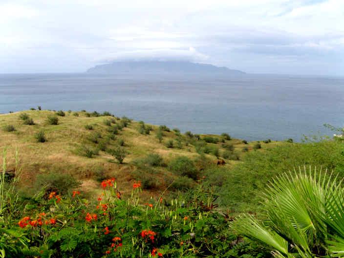 Yachtcharter Kapverden: Von Fogo aus kann man die kleine Insel Brava erkennen