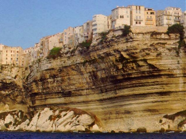 Yachtcharter Korsika: Die Altstadt Bonifacios thront hoch über dem Meer
