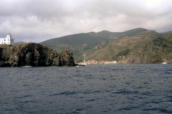 Yachtcharter Korsika: Auch die vor Korsika gelegene Insel Capraia ist einen Besuch wert
