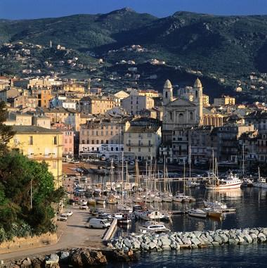 Charter Korsika: Die Hafenstadt Bastia lädt zum Bummeln ein