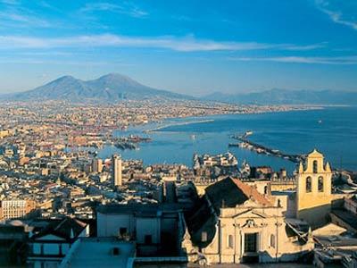 Yachtcharter Rom –Neapel: Blick auf das am Fuße des Vesuvs gelegene Neapel