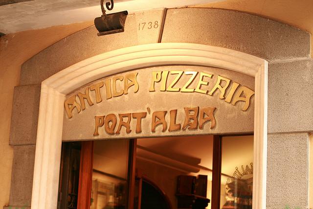 Bootscharter Rom – Neapel: Die Antica Pizzeria Port'Alba in Neapel ist die älteste Pizzeria der Welt