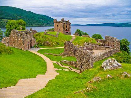 Charter Schottland: Alte Schlösser und weite grüne Wiesen sind typisch für Schottland