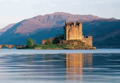 Bootscharter Schottland: Das an Loch Ness gelegene Urqhart Castle