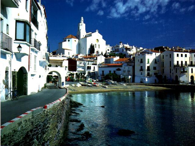 Yachtcharter Spanische Küste: Blick auf das malerische Fischerdorf Cadaqués