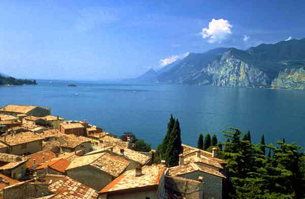 Charter Gardasee: Majestätische Berggipfel, glasklares Wasser und malerische Dörfer