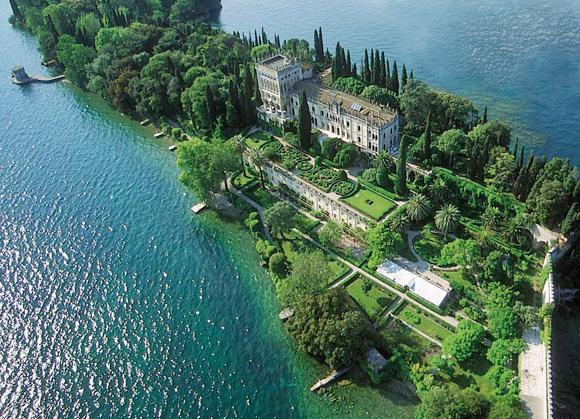 Charter Gardasee: Blick auf die Isola del Garda und die prächtige Villa Borghese