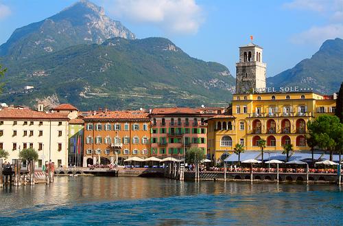 Yachtcharter Gardasee: Die malerische Stadt Riva mit ihrer beeindruckenden Bergkulisse