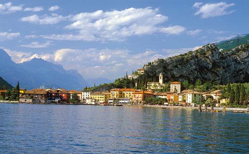 Bootscharter Gardasee: Blick auf den lebendigen Ort Torbole